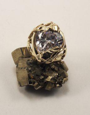 златен пръстен сърце с циркон и плетка от рози